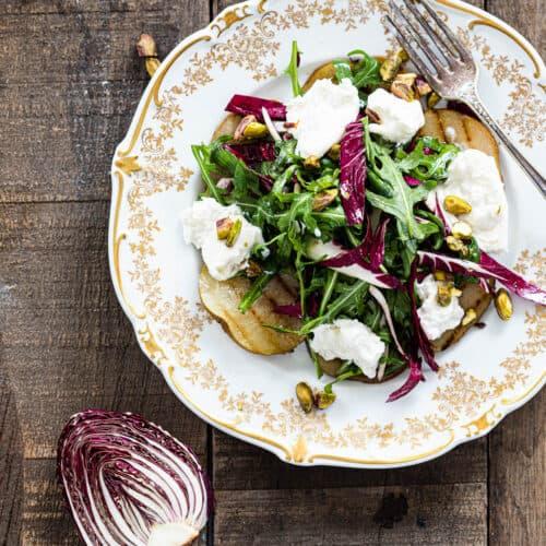 Salade met gegrilde peer en burrata