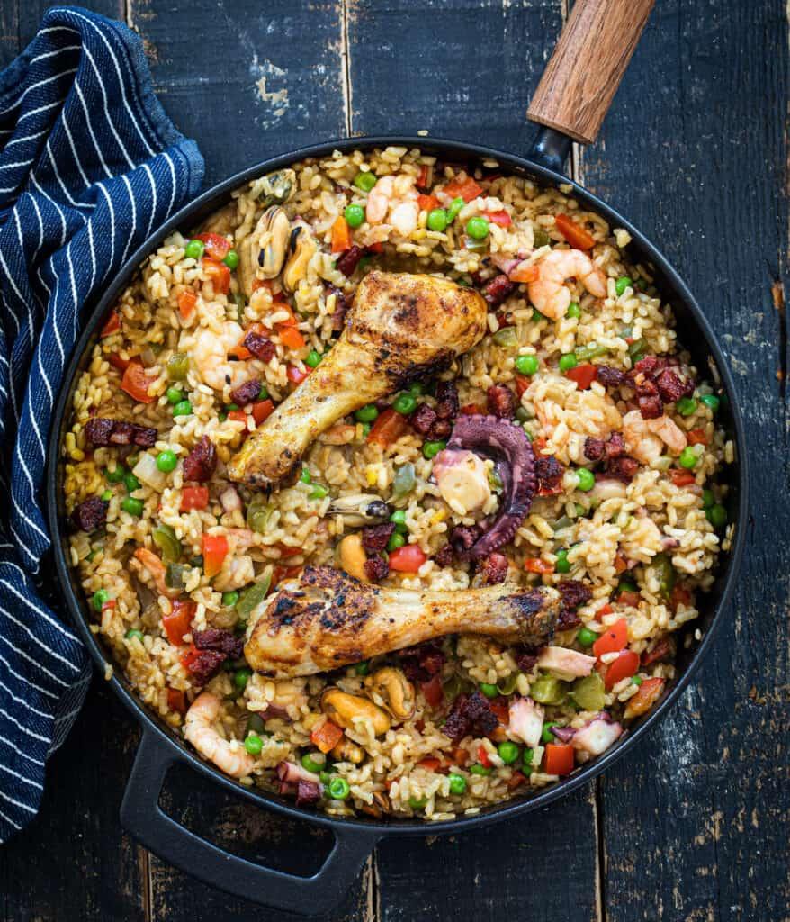 Paella met vis en kip