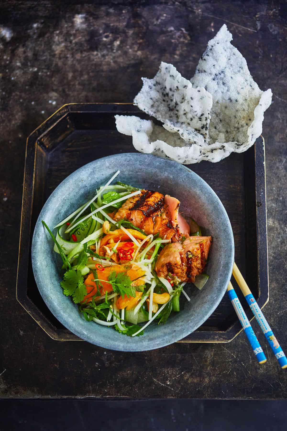 Papaja mangosalade met geroosterde zalm
