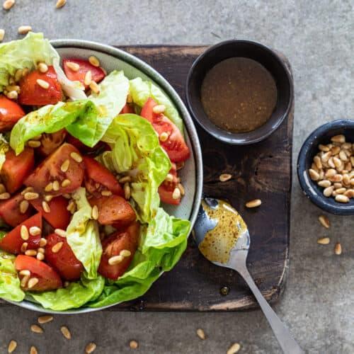 Salade met tomaat en pijnboompitten