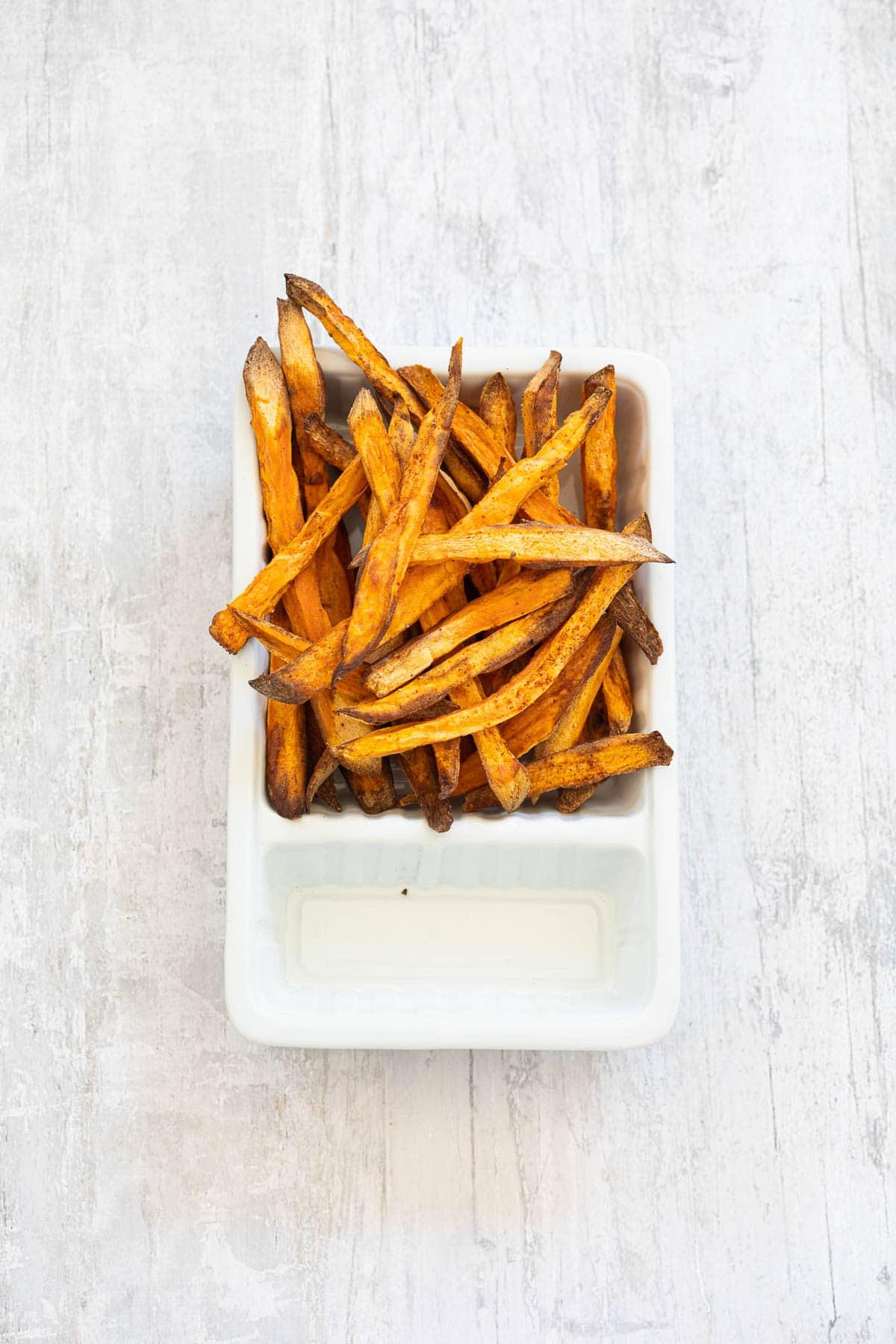 zoete aardappelfriet|Zoete aardappelfrietjes uit de airfryer|Inmiddels zijn ze niet meer weg te denken in de Hollandse keuken: de zoete aardappel. Ik maak er graag zoete aardappel friet van uit de oven: in dit artikel vertel ik je precies mijn tips & tricks hoe je de zoete aardappel frietjes echt lekker krokant krijgt. Lees het op mijn website Miljuschka #miljuschka