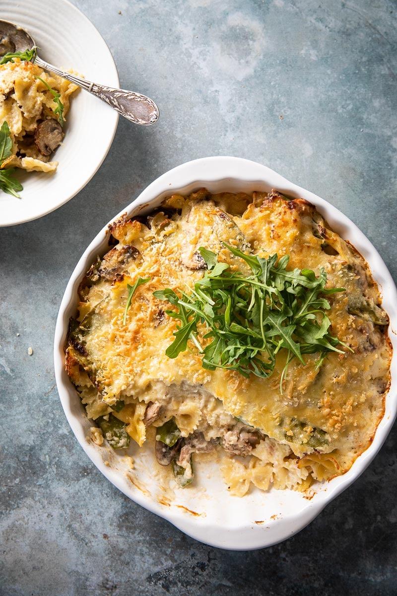 Pasta ovenschotel met tonijn, peultjes en kastanjechampignons