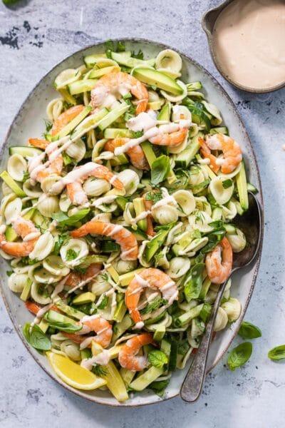 pastasalade met garnaal en avocado