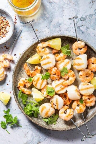 BBQ spiesjes met coquilles & garnalen en een limoendressing