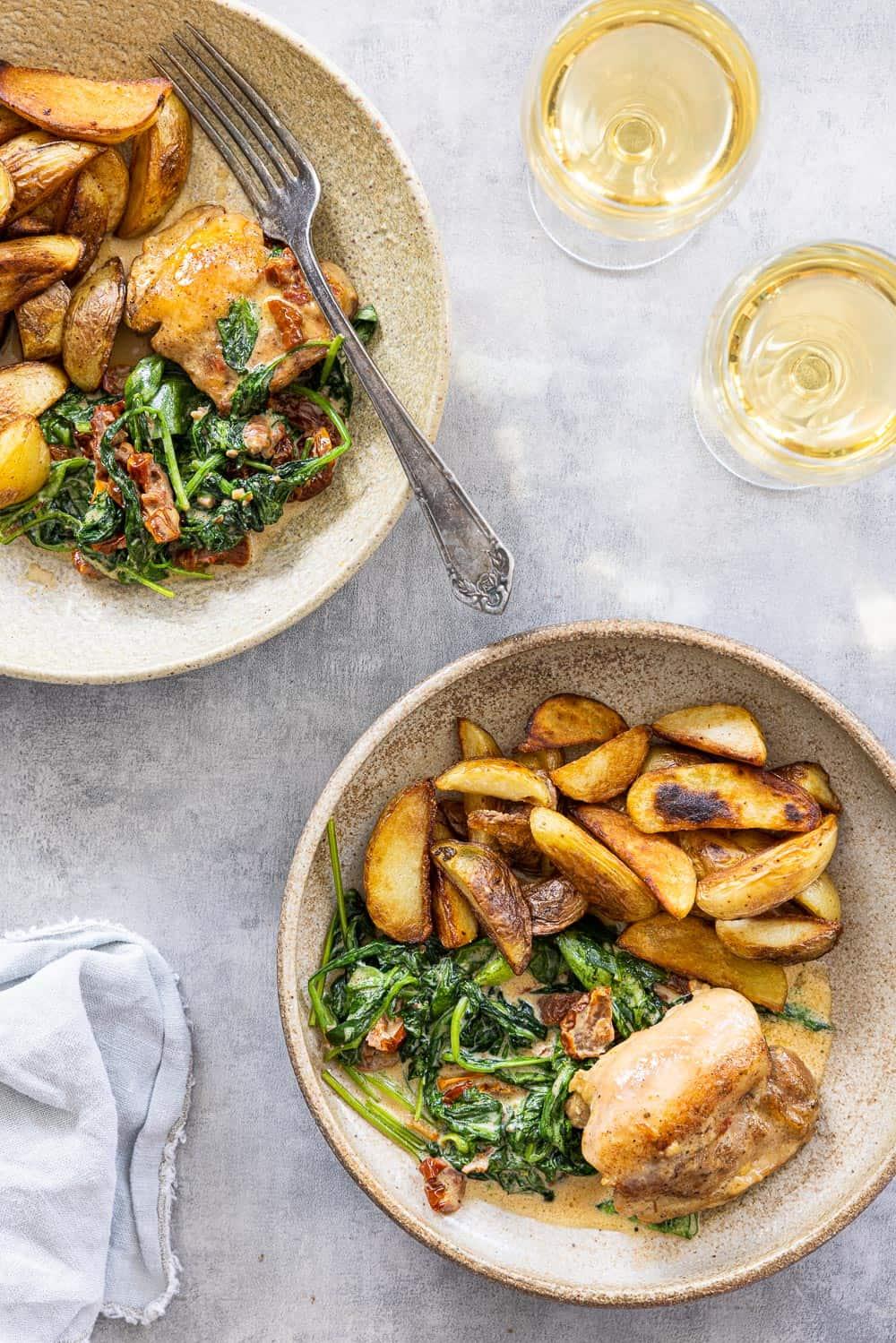Malse kip in roomsaus met gebakken aardappeltjes en spinazie