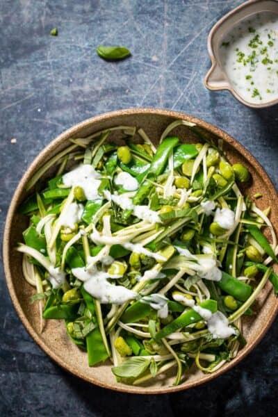 De lekkerste groene salade ooit – met kruidenyoghurt-dressing