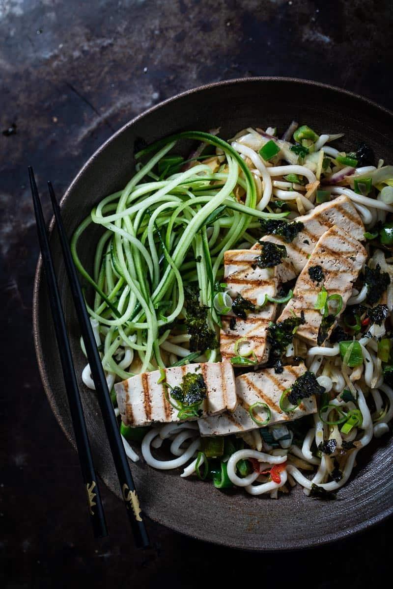 Teriyaki tofusalade met knapperige groenten en udonnoedels