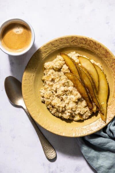 Havermoutpap met quinoa en gebakken peer